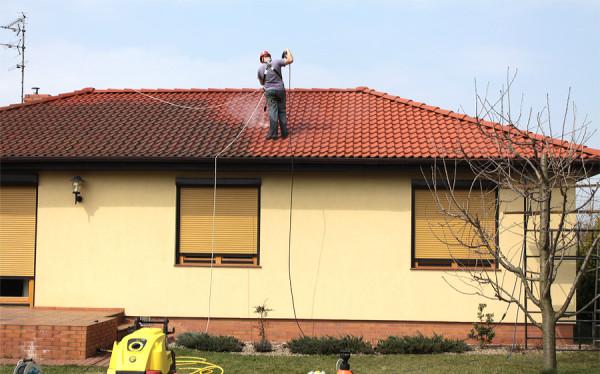 Usuwanie zabrudzeń z dachu domu jednorodzinnego