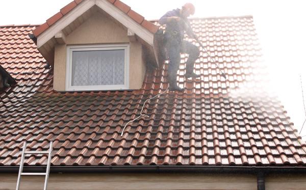Mycie dachu gorącą wodą
