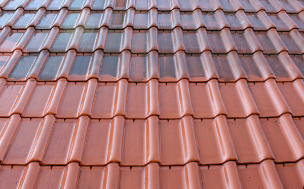 Widoczna różnica po umyciu fragmentu dachu
